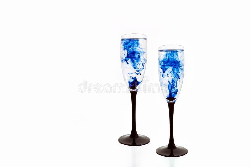 Van de van de achtergrond glas zwarte blauwe wijn witte strook twee dichte omhooggaande fougere verfrook royalty-vrije stock afbeeldingen