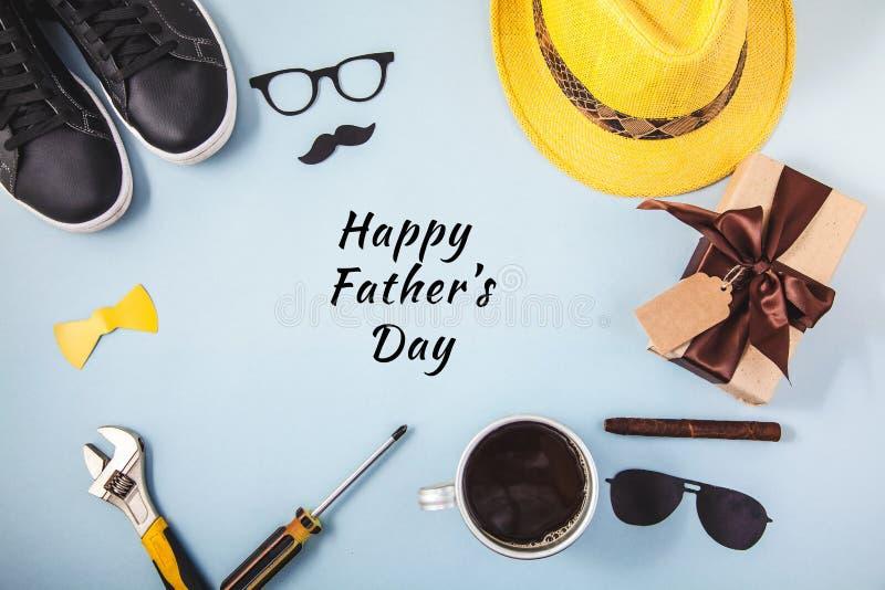 Van de achtergrond of de kaartkop van de Glazentennisschoenen Hulpmiddelen legt de Gele hoed van de vader` s dag van de Gift van  stock foto's