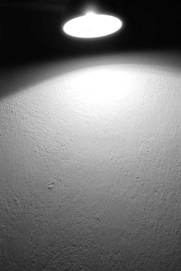 Van de achtergrond muur textuur en vlek lichte lamp en lichtstraal zwart-witte achtergrond royalty-vrije stock afbeelding