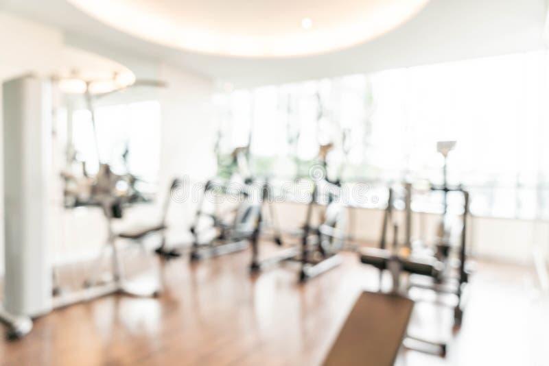 Van de achtergrond onduidelijk beeldgymnastiek fitness centrum of gezondheidsclub met ex sporten stock afbeelding