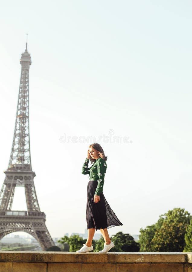 Van de achtergrond portret de modieuze vrouw Toren Parijs van Eiffel royalty-vrije stock fotografie