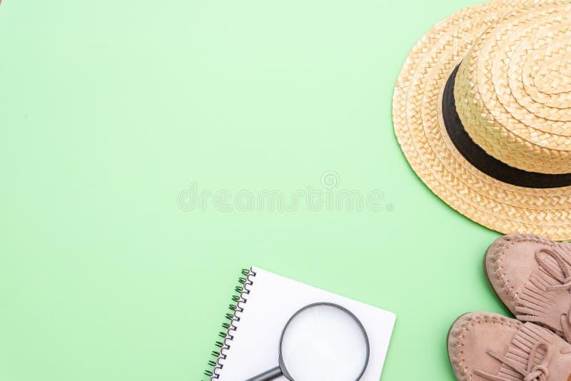 Van de achtergrond reisvakantie concept met zeeschelpen en fotokaders op groene lijst Hoogste mening met exemplaarruimte Vlak leg stock afbeelding
