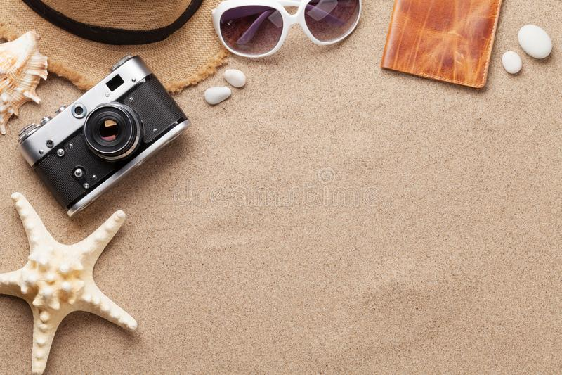 Van de achtergrond reisvakantie concept met zonnebril, hoed, paspoort, camera en zeester op zandachtergrond Hoogste mening met ex royalty-vrije stock foto's