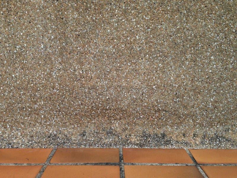 Van de achtergrond zandmuur textuur met baksteenvloer onder kader stock afbeelding