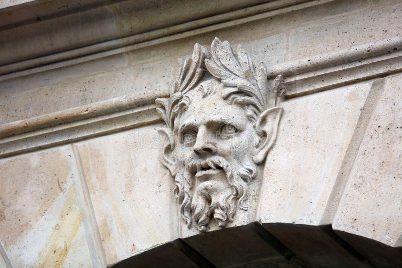 Van de architectuurbalkons van Parijs de vensters en de details in Franse stads architecturale kunst in Europa royalty-vrije stock afbeelding