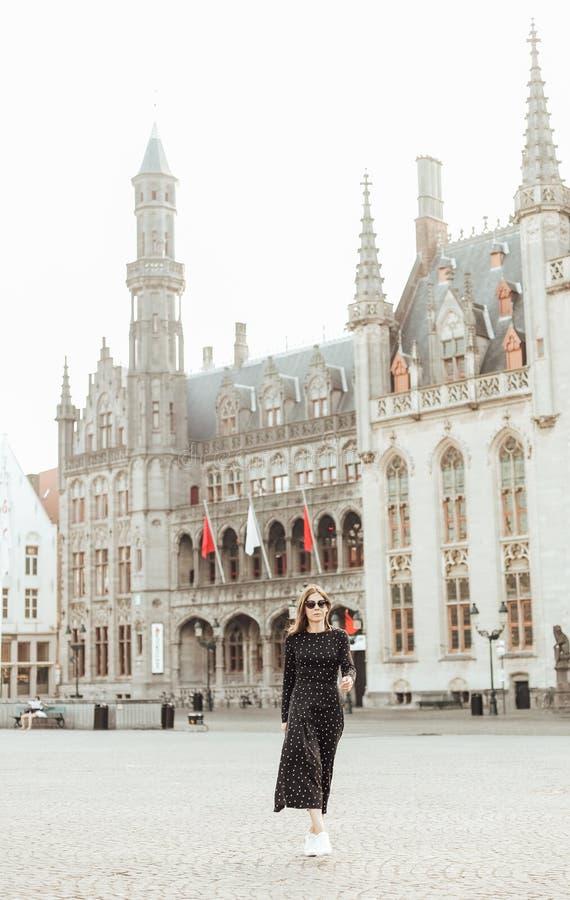 Van de de architectuurvrouw van Parijs vierkante de toeristenreiziger stock fotografie