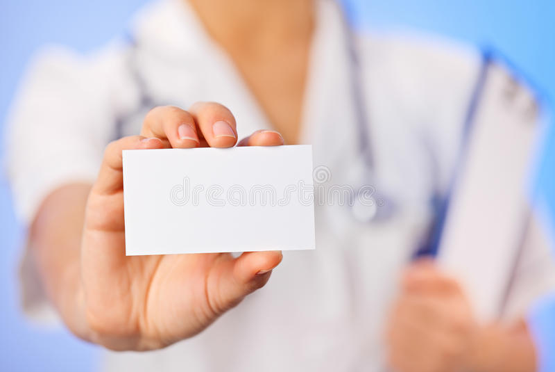 Van de artsen (vrouw) holding het lege adreskaartje royalty-vrije stock afbeelding