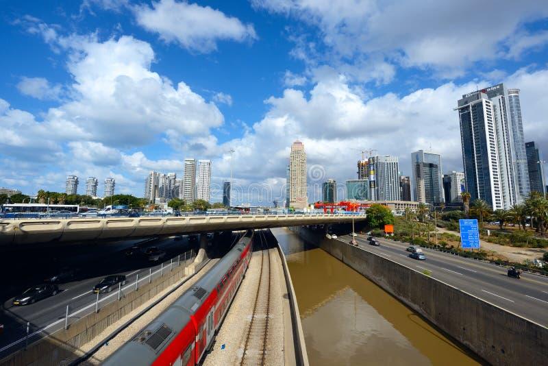 Van de Ayalon hoge manier en trein spoorwegen in Tel Aviv, Israël stock foto