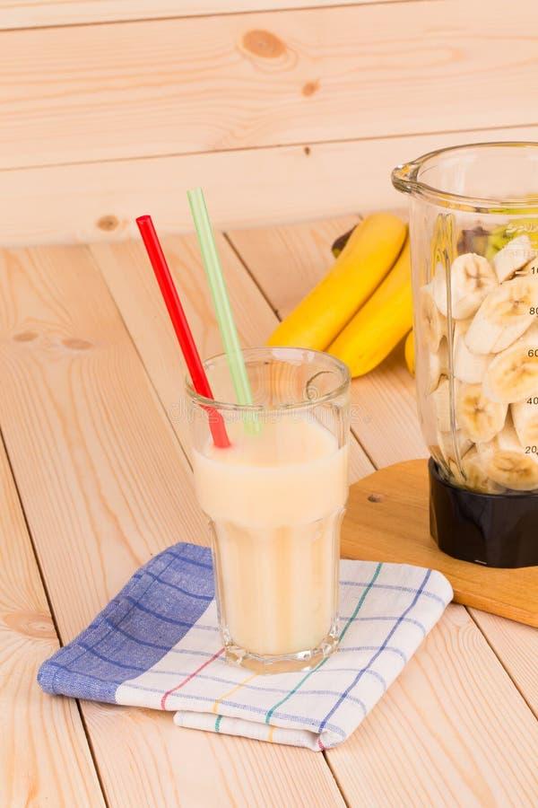 Van de banaansap en mixer hoogtepunt van gesneden vruchten royalty-vrije stock foto