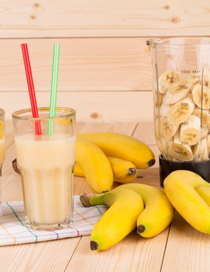 Van de banaansap en mixer hoogtepunt van gesneden vruchten royalty-vrije stock afbeeldingen