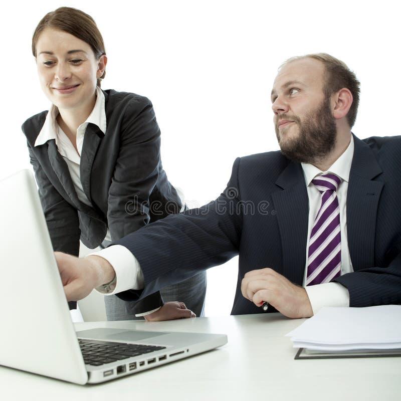 Van de bedrijfs baard man donkerbruine vrouw bij bureau stock afbeelding