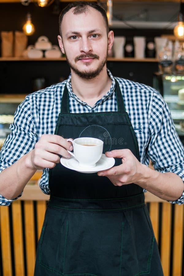 Van van de bedrijfs koffiewinkel de holdingskop eigenaarbarista royalty-vrije stock foto's