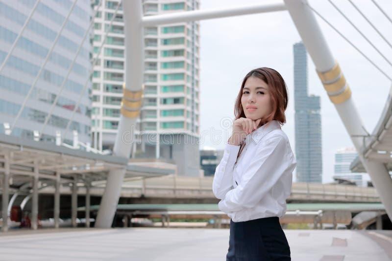 Van de bedrijfs leidingsvrouw concept Portret van zekere jonge Aziatische onderneemster die zich bij stedelijke de bouwachtergron stock foto
