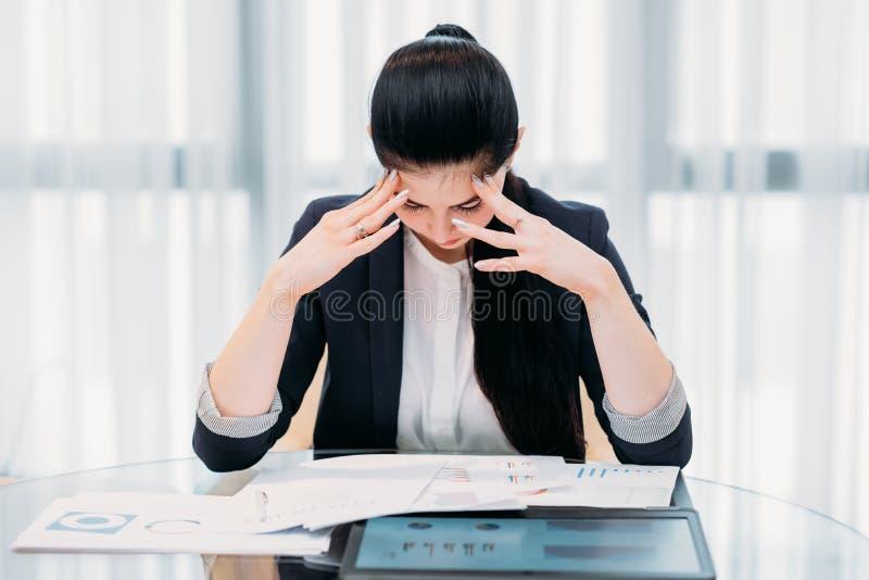 Van de bedrijfs moeheidsspanning overgewerkte vrouw administratie stock afbeelding