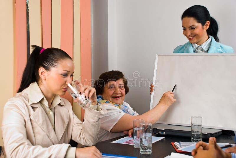 Van de bedrijfs vergadering mensen met presentatie stock afbeelding