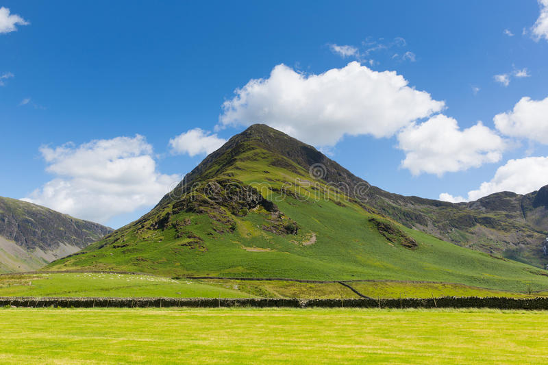 Van de bergbuttermere van Fleetwithsnoeken Engels het Meerdistrict Cumbria Engeland het UK op een mooie zonnige de zomerdag stock fotografie