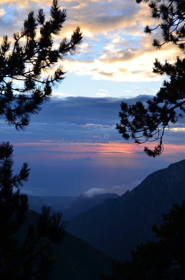 Van de bergen zie ik de wereld stock foto