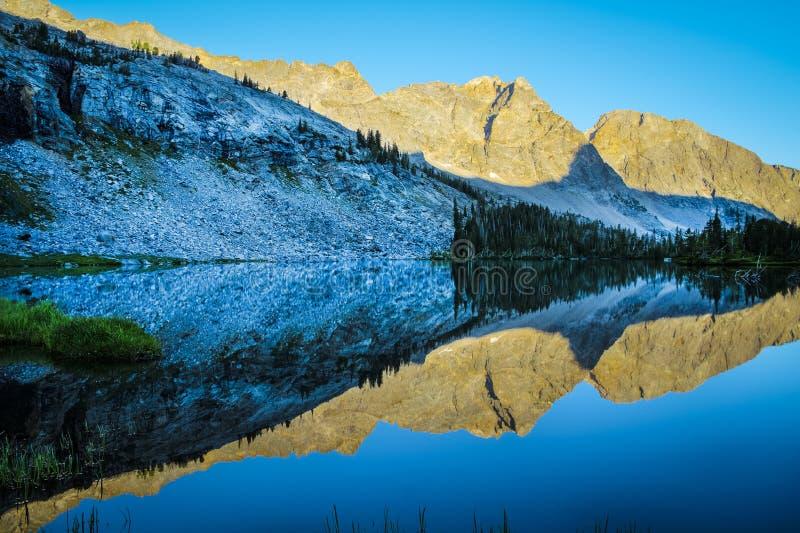 Van de bergmeer en ochtend bezinningen royalty-vrije stock afbeeldingen