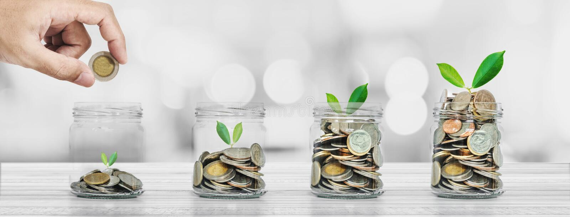 Van de besparingsgeld en investering concepten, Hand die muntstuk in glasflessen zetten met installaties het gloeien