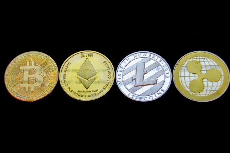Van de Bitcoin litecoin ethereum en rimpeling muntstukken die op zwarte achtergrond worden geïsoleerd stock afbeelding