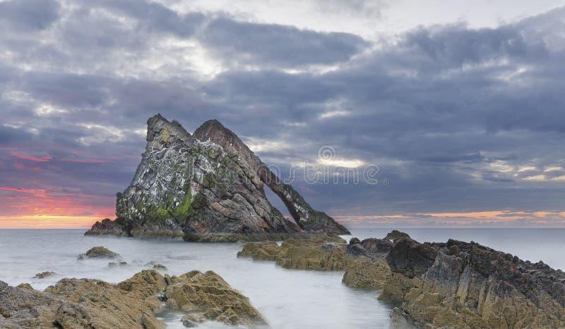 Van de boog-fidle-boog het landschap Rotszonsopgang op de kust van Schotland op bewolkte ochtend royalty-vrije stock afbeeldingen