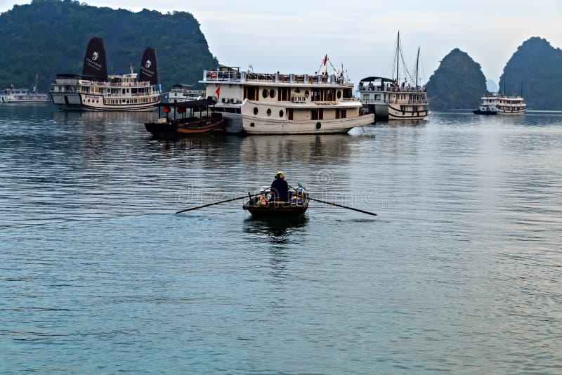 Van de boothalong van de toeristentroep de venter van het de Baaiwater in Vietnam stock afbeelding