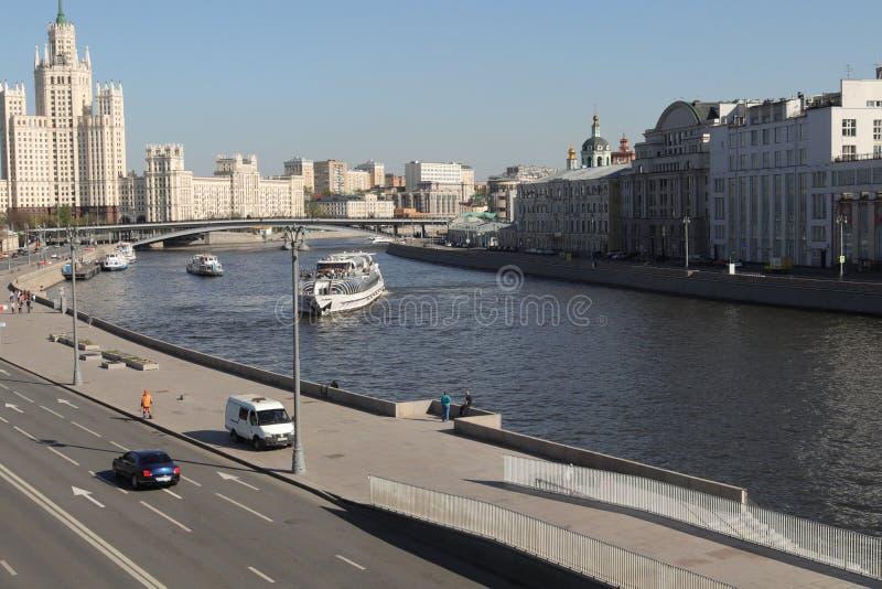 Van de bootmoskou van het Zaryadiepark het centrum van de rivierrusland stock foto