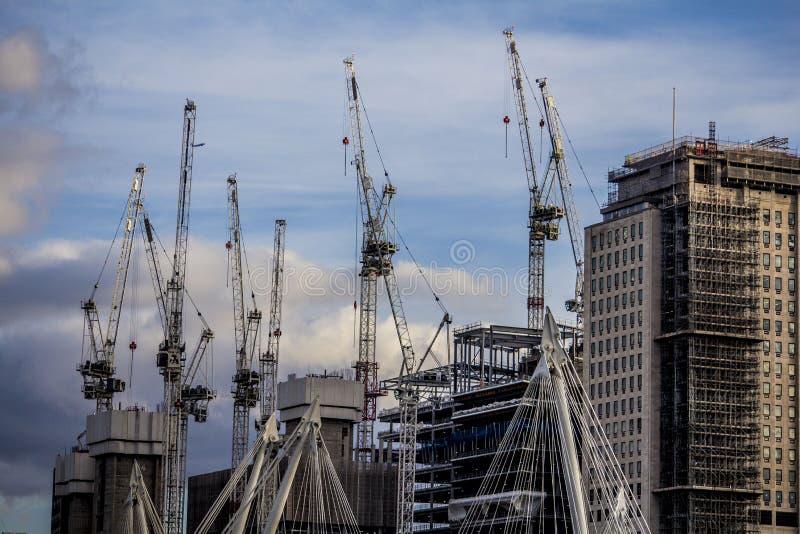 Van de de bouwnieuwigheid van Londen de kranen en de horizon royalty-vrije stock foto