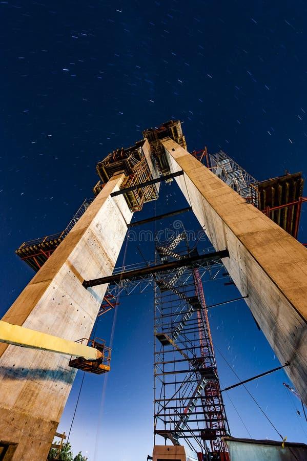 Van de bouwschemering/Nacht Scène - Kabel ironton-Russell bleef de Hangbrug - de Rivier van Ohio - Ohio & Kentucky royalty-vrije stock foto