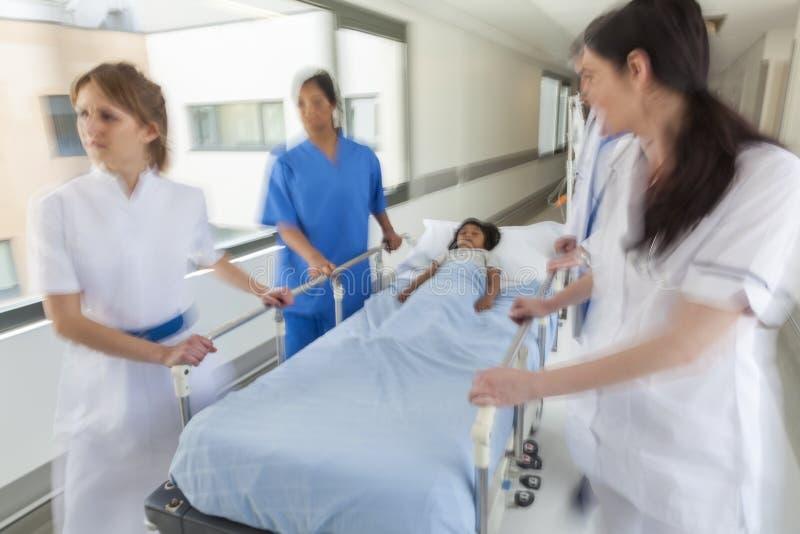 Van de Brancardgurney van het motieonduidelijke beeld Noodsituatie van het het Kind de Geduldige Ziekenhuis stock foto's