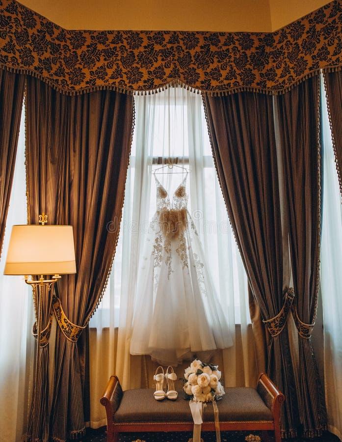 Van de de bruidruimte van de huwelijkskleding binnenlandse het venstergordijnen stock foto's