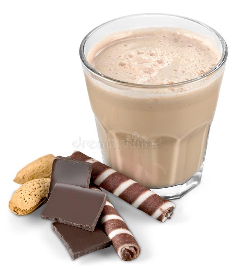 Van de cacaomelk en chocolade suikergoed op wit stock fotografie
