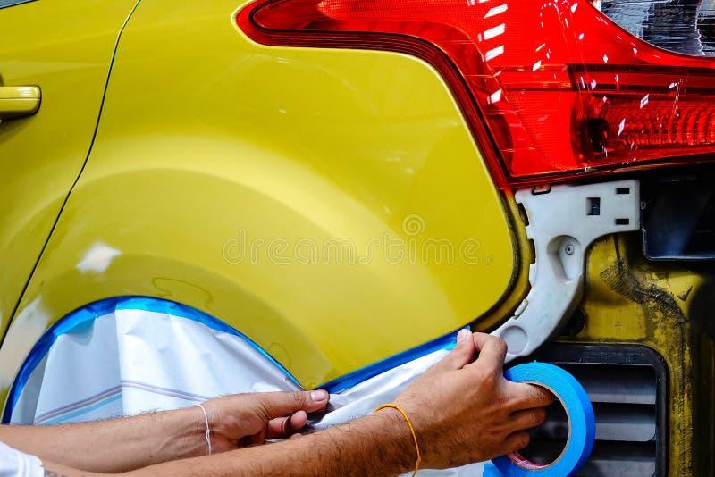Van de de carrosserieauto van de garageauto van de de autoreparatie auto de autoverf na het ongeval tijdens automobiel bespuiten stock afbeelding