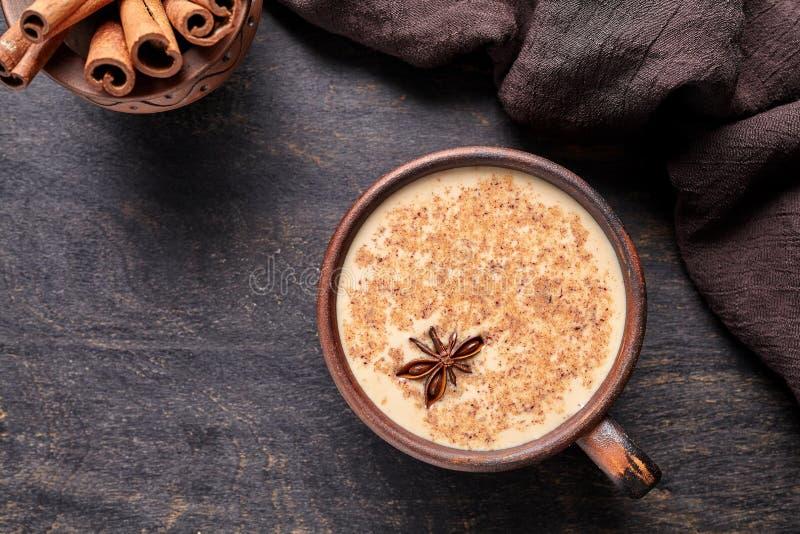 Van de chai latte de traditionele eigengemaakte verfrissende ochtend van de melkthee organische gezonde hete drank stock afbeeldingen