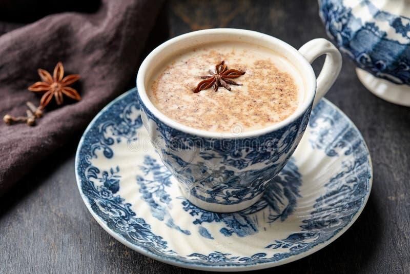Van de chai latte mengt de verfrissende ochtend van de melkthee organische gezonde traditionele hete de drankdrank met natuurlijk stock afbeelding