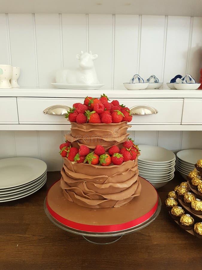 van de de chocoladebes van de 2 rijruche het huwelijkscake stock afbeelding