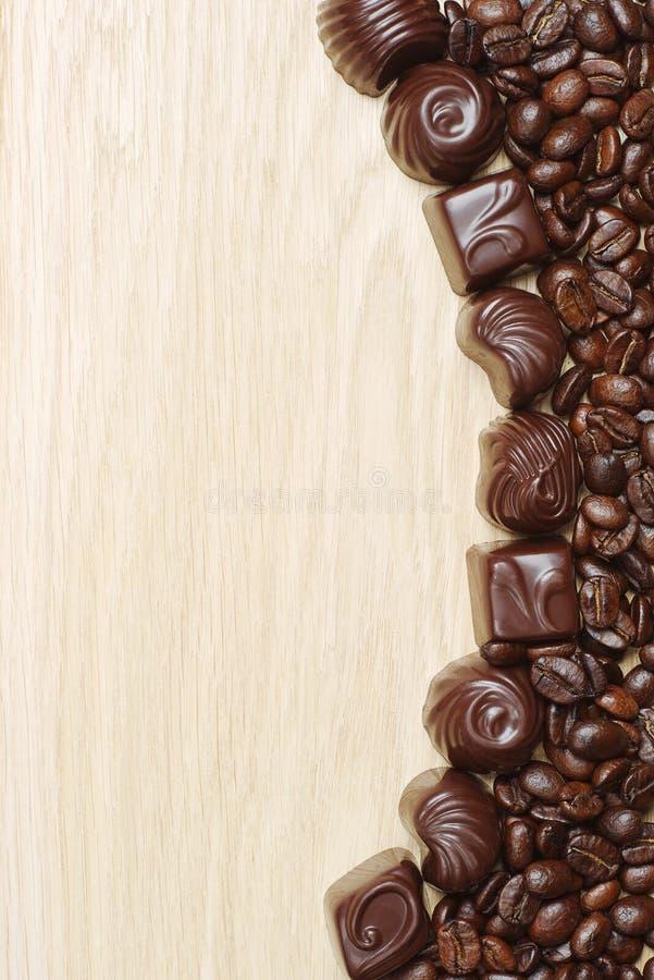 Van de chocoladesuikergoed en koffie bonen stock afbeeldingen
