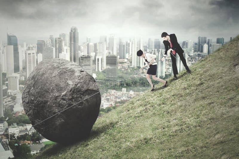 Van de commerciële de rots teamtrekkracht met stadsachtergrond royalty-vrije stock afbeeldingen
