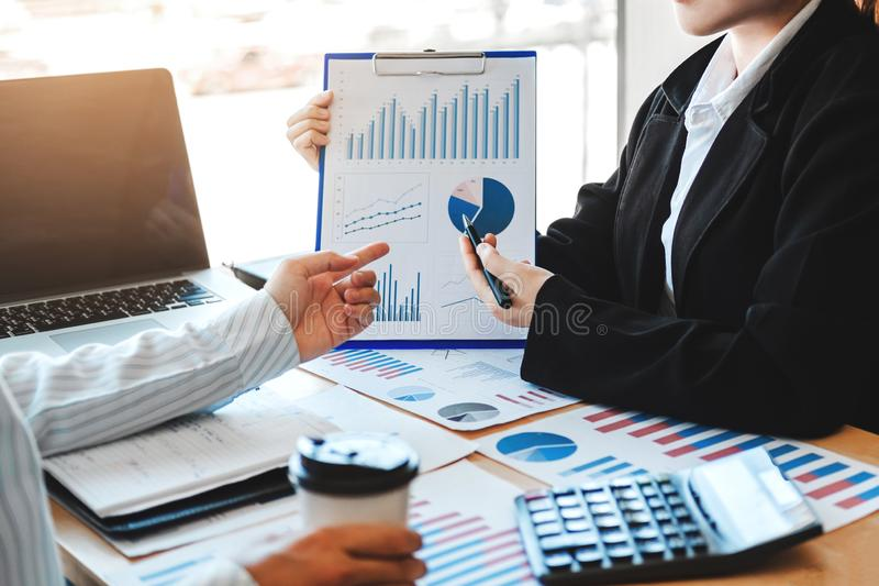 Van de commerciële de Strategie teamvergadering Planning met nieuwe de Financiën en de Economiegrafiek van het startprojectplan m stock foto's