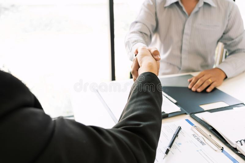 Van de commerci?le de Handdrukconcept Vergaderingsovereenkomst, Handholding na het klaar zijn met omhoog het behandelen van proje royalty-vrije stock afbeeldingen
