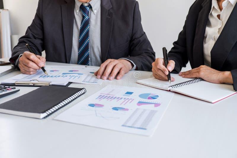 Van de commerci?le de vergaderings werken en onderhandeling die teampartner met financi?le gegevens en marketing de grafiekpresen stock afbeeldingen
