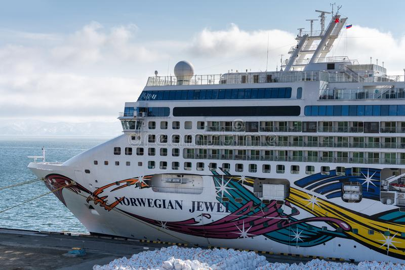 Van de de Cruisevoering van de passagiersexpeditie het Noorse Juweel bij pijler in zeehaven royalty-vrije stock foto's