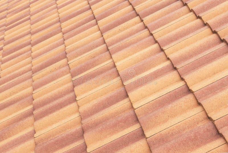 Van de daktegels en hemel zonlicht Het concept van dakwerkcontractanten het Installeren royalty-vrije stock fotografie