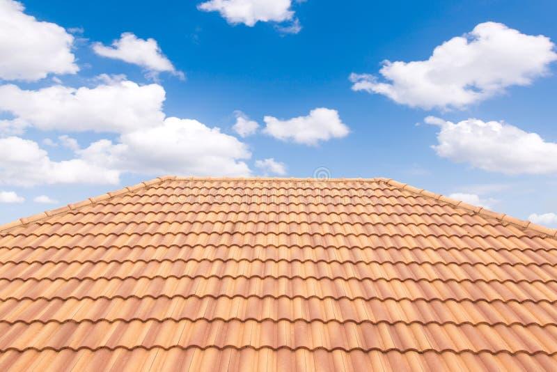 Van de daktegels en hemel zonlicht Het concept van dakwerkcontractanten het Installeren royalty-vrije stock afbeelding