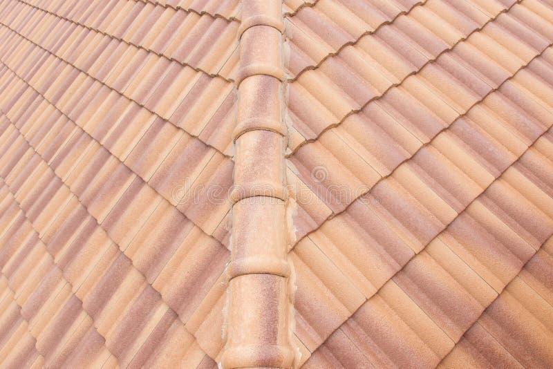 Van de daktegels en hemel zonlicht Het concept van dakwerkcontractanten het Installeren royalty-vrije stock foto