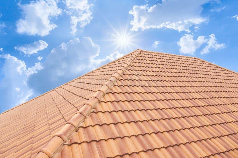 Van de daktegels en hemel zonlicht Het concept van dakwerkcontractanten het Installeren royalty-vrije illustratie