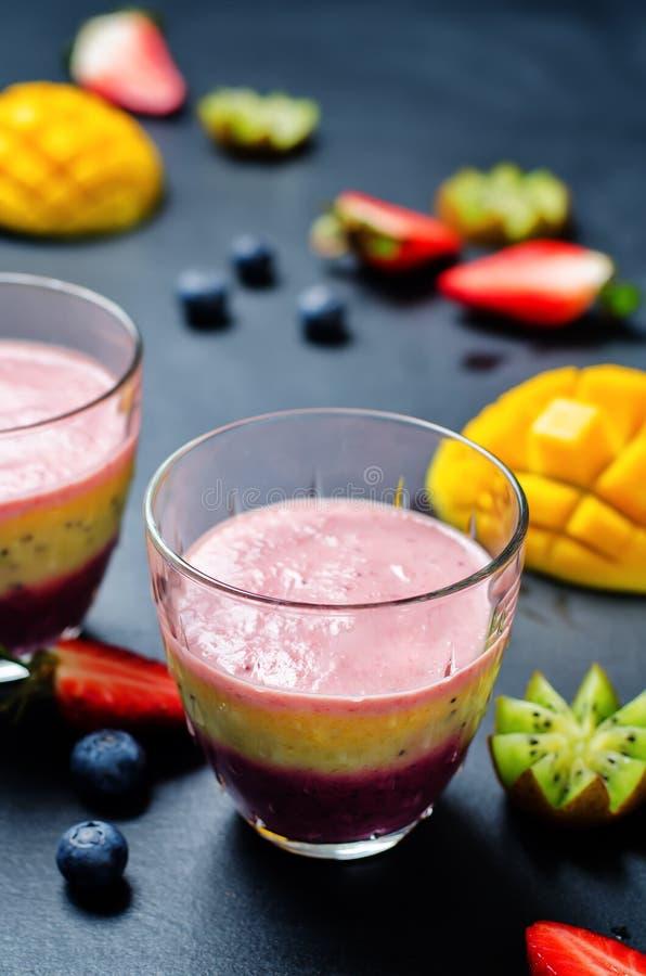 Van de de aardbeikiwi van de bosbessenmango de banaan Griekse yoghurt smoothies stock foto's