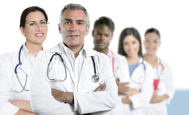 Van de de artsen multiraciale verpleegster van de deskundigheid het teamrij stock foto