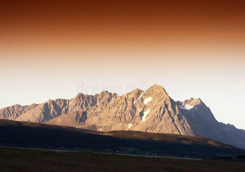Van de de bergenzonsondergang van Noorwegen noordelijke het landschapsachtergrond stock foto's