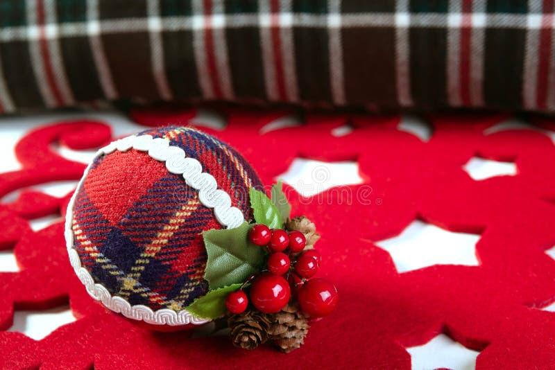 Van de de decoratiebal van Kerstmis het Schotse patroon stock fotografie